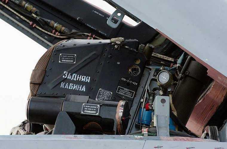 Ảnh: phần bảo vệ vùng vùng đầu phi công của ghế phóng K-36.