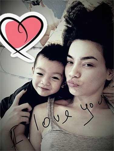 Và cô cũng chỉ chia sẻ những hình ảnh với con trai vô cùng đáng yêu.