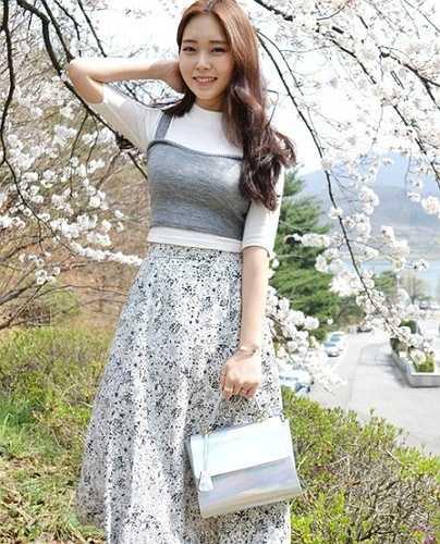Khuôn viên các trường đại học tại Hàn Quốc được bao phủ bởi sắc hoa, đây trở thành địa điểm lý tưởng cho các nữ sinh viên chụp ảnh khoe phong cách sành điệu.