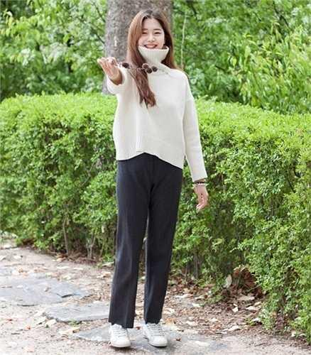 Cô gái này chuộng phong cách nữ tính với hai tông màu trắng, ghi kết hợp những phụ kiện như túi ánh bạc, giày ankle strap điệu đà.