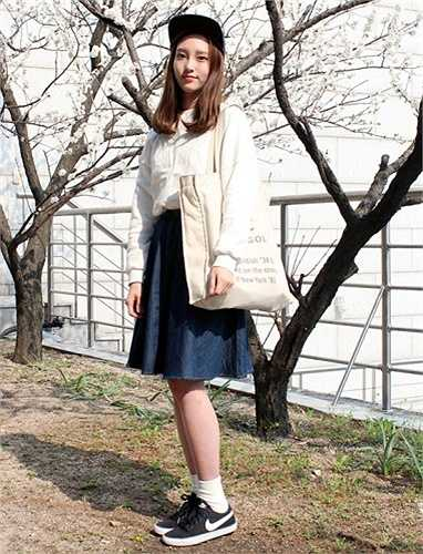 Một cách kết hợp quen thuộc của những nữ sinh viên. Giày thể thao luôn là sự lựa chọn hàng đầu của cô nàng ưa vẻ đẹp đơn giản, phong cách tiện dụng.