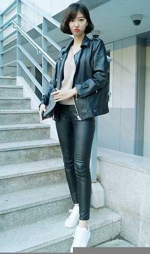 Một cô nàng chân dài khoe cá tính trong bộ đồ da. Với khuôn mặt ăn hình và thân hình chuẩn, nữ sinh viên này có khả năng trở thành một người mẫu tiềm năng