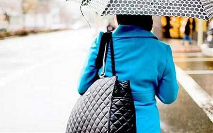 Mang vác túi xách quá nặng một bên cơ thể sẽ làm cho đôi vai bị mất cân bằng và vì vậy, cột lống cũng sẽ bị lệch.