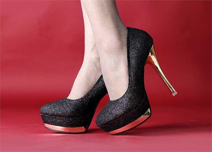 Gót giày quá cao sẽ buộc bạn phải tạo áp lực làm phần lưng bị uốn cong khi bước nhằm mục đích giữ thăng bằng cho cơ thể, khiến các khớp xương bị căng thẳng.