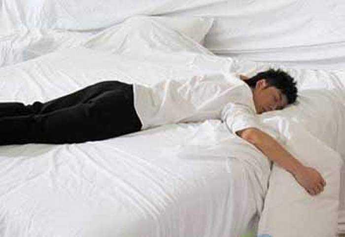 Khi bạn nằm sấp sẽ gây áp lực lên lưng và cột sống. Ngoài ra, nếu bạn còn nằm quay đầu sang một bên, nó còn khiến đốt sống cổ và cột sống không thẳng hàng, làm vặn cổ.
