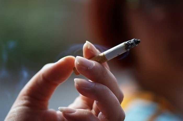 Khi hút thuốc lá thì cơ thể sẽ phải nạp vào một lượng nicotin, gây nên hiện tượng co huyết quản từ đó dẫn đến nguy cơ loãng xương, các khớp sụn của cột sống bị thoái hóa…gây đau lưng