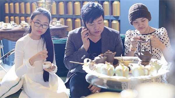 Ba cha con thưởng thức trà chiều tại quán. Quang Lê chia sẻ, anh vẫn giữ thói quen uống trà nhiều năm nay.