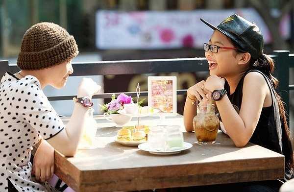 Sau buổi chụp hình, Phương Mỹ Chi thay trang phục trẻ trung, cá tính ngồi ăn bánh, uống nước cùng Huyền Trân. Cả hai nói chuyện rôm rả.