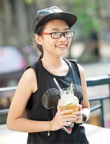 Phương Mỹ Chi ngày càng ăn mặc sành điệu. Cô là cái tên hot sau cuộc thi Giọng hát Việt nhí 2013 nhờ chất giọng dân ca ngọt ngào, sâu lắng.