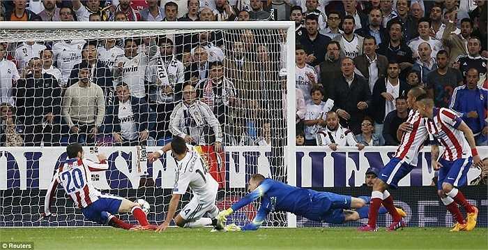 Chicharito ghi bàn thắng quý như vàng cho Real Madrid ở phút 88. Bàn thắng mang về tấm vé vào bán kết cho đội chủ sân Bernabeu.