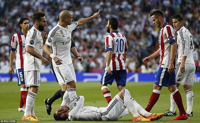 Ngoài việc dùng Ramos trong vai trò một tiền vệ, Ancelotti cũng đẩy James Rodriguez lên đá tiền đạo phải thay Bale.