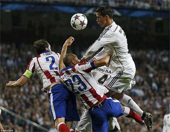 Giải pháp 4-3-3 giúp Real chơi cân bằng suốt trận derby thành Madrid