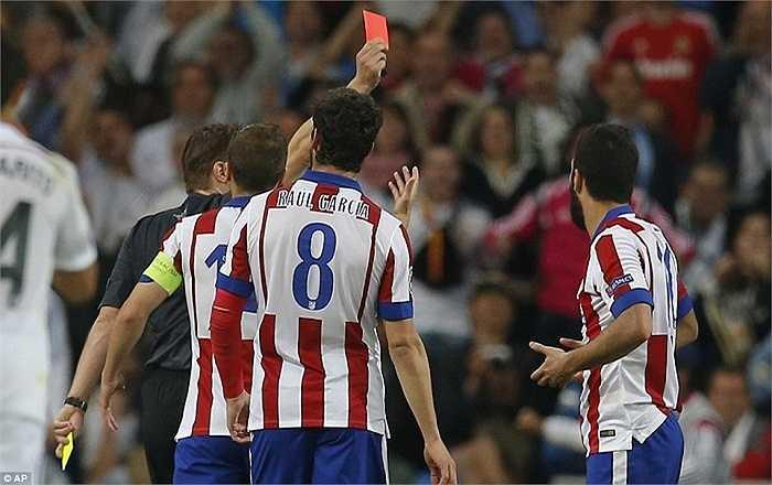 Đội khách bị đẩy vào thế phải chơi với 10 người và giống như trận chung kết Champions League năm ngoái, họ không gượng dậy nổi.