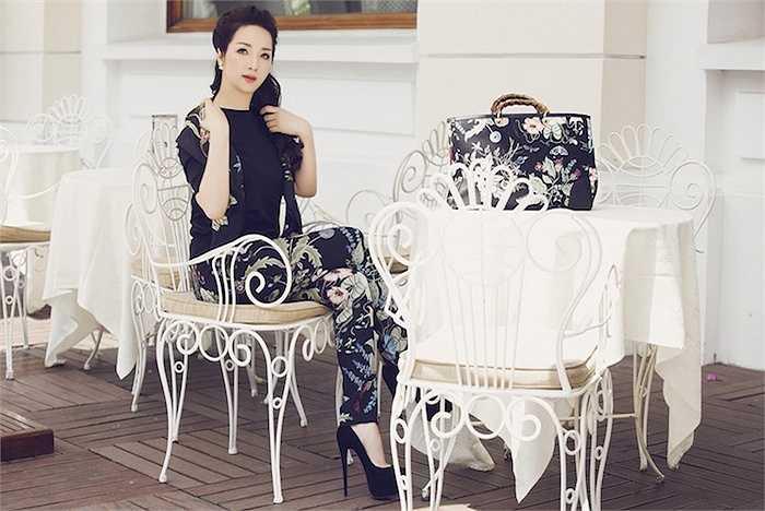 Trong bộ ảnh mới tung ra, Hoa hậu Đền Hùng diện một set đồ hàng hiệu từ đầu đến chân. Đôi giày cô đi thuộc dòng Signature, có giá khoảng $1500 của Christian Louboutin.