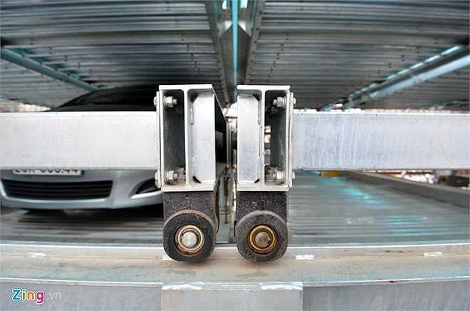 Cơ cấu nâng hạ và dich chuyển ngang bằng cáp cho các pallet vào đúng vị trí trên mỗi block khi xe vào.