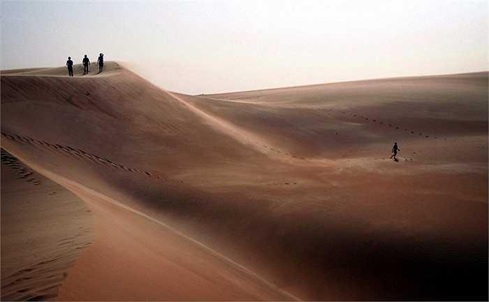 Những người khách du lịch đang khám phá các đụn cát ở sa mạc Mauritanian