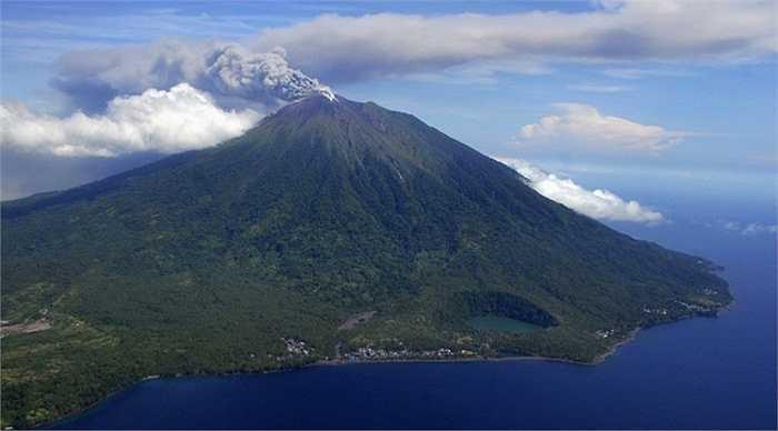 Đỉnh núi Gamalama ở Indonesia