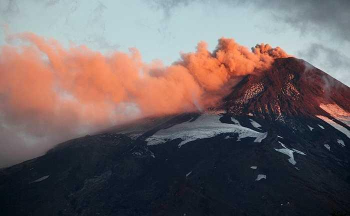 Tro bụi từ núi lửa Villarrica ở Chile trong một ngày cuối tháng Ba