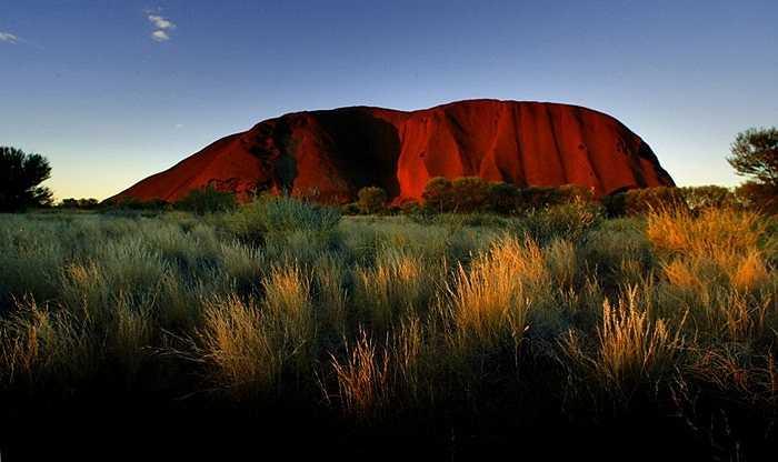 Cảnh hoàng hôn ở Ayers Rock, một trong những địa điểm du lịch hấp dẫn ở Australia, thu hút 400.000 khách mỗi năm