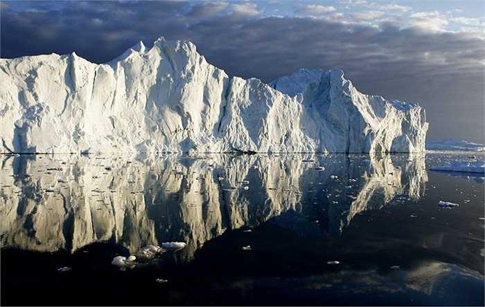 Băng đá in hình lên mặt nước phẳng lặng ở Greenland