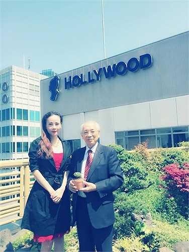 Ngoài ra, cựu mẫu hai còn còn gặp Hạ nghị sỹ Yoichiro Aoyagi của Nhật Bản để bàn về lịch tổ chức 'Việt Nam Festival' tại Nhật Bản vào tháng 6 tới đây với sự góp mặt của nhiều nghệ sỹ trong nước sang tham dự.  (Trung Ngạn)