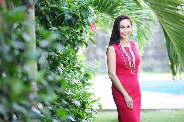 Những mẫu váy trên tông màu đơn sắc, đường cắt cúp đẹp luôn được người đẹp lựa chọn để sử dụng.