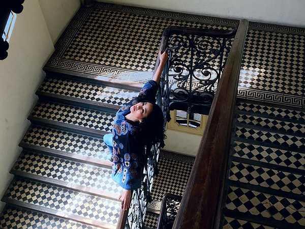 Thanh Lam: Diva của làng nhạc Việt thường khiến khán giả bất ngờ bởi cách chọn lựa trang phục biểu diễn độc đáo và 'nương' theo cảm xúc của chính cá nhân chị. Tuy nhiên, trang phục đời thường của Thanh Lam lại vô cùng đơn giản và thể hiện rõ sự hoà hợp với từng bối cảnh khác nhau. Cùng với mẫu áo cánh dơi, áo oversized cánh bướm, quần jean là trang phục luôn được ca sĩ sử dụng.