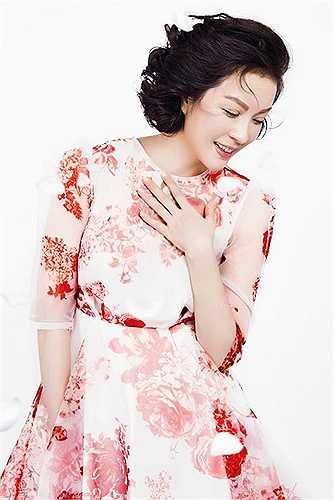 Người đẹp trở nên duyên dáng hơn với những mẫu váy liền thân được thiết kế trên chất liệu vải in hoạ tiết tôn nét nữ tính.