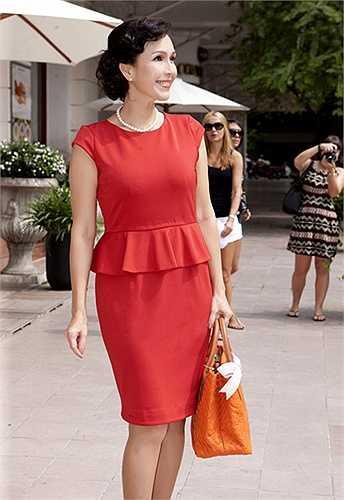 Diễm My: Nữ hoàng ảnh lịch - Diễm My giành nhiều tình cảm cho những mẫu váy có phom dáng hiện đại và góp phần mang đến hình ảnh sang trọng cho người sử dụng. Bên cạnh những mẫu váy peplum, váy cocktail đơn sắc, mỹ nhân U50 thường sử dụng những dáng váy suông, váy phom dáng rộng để mang lại sự thoải mái khi xuống phố.
