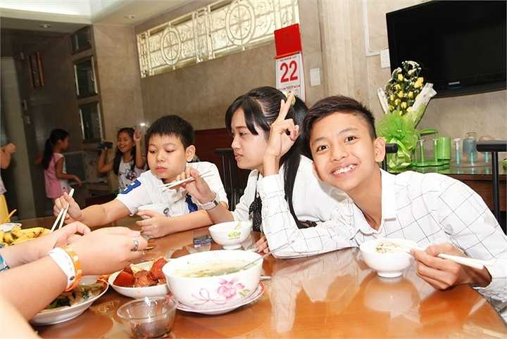 Chính ca sĩ Cẩm Ly cũng có cơ hội để truyền cho các em nhỏ tình yêu với dòng nhạc quê hương, dân ca ngay từ bây giờ.