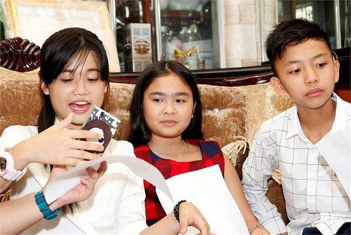 Tham gia Tự tình quê hương 5, các em nhỏ gần như mang hết sự yêu quý, kính trọng dành cho cô giáo Cẩm Ly của mình