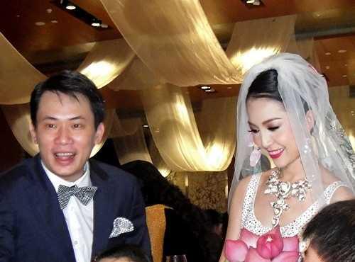 Năm 2010, Linh Nga kết hôn với một doanh nhân xuất thân trong một gia đình nhà binh. Cuộc sống hôn nhân của cô không 'xuôi chèo mát mái' vì hai người có quá ít thời gian bên nhau. Linh Nga hoạt động trong làng giải trí nên thời gian sống chủ yếu tại TP.HCM còn chồng cô lại sinh sống tại Hà Nội. Thời gian hai người dành cho nhau ngày càng ít bởi Linh Nga thường xuyên phải đi lại giữa hai đầu đất nước.