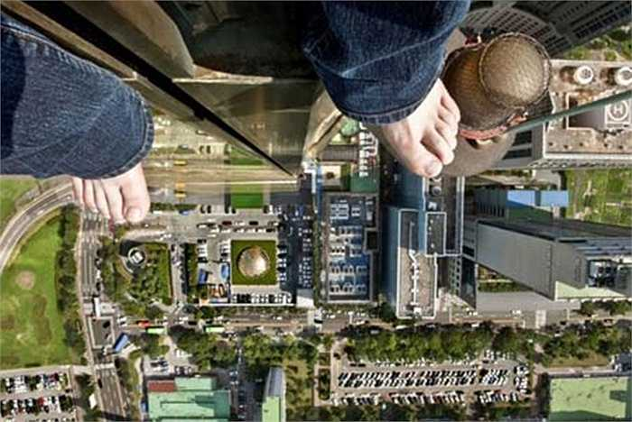 2. Chụp ảnh mạo hiểm/ vắt vẻo trên cao. Đây thực sự là một trào lưu nguy hiểm khi những người thực hiện chọn những địa điểm rất cao và chụp lại khoảng khắc chinh phục của mình