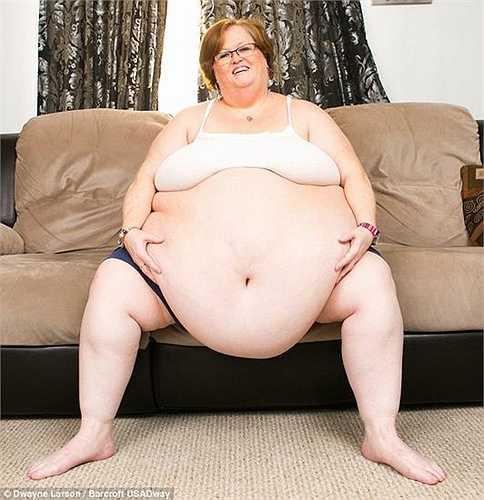 Gayla Neufeld, 52 tuổi, sống tại Manitoba, Canada mắc bệnh béo phì với cân nặng 190kg và có kích cỡ vòng bụng 2.5m. Tuy thân hình quá khổ gây nhiều rắc rối trong sinh hoạt đời thường nhưng lại đem tới thu nhập cho cô.