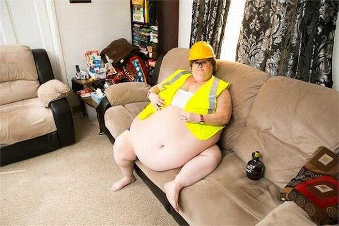 Gayla đang là 1 trong 30 phụ nữ kiếm tiền bằng nghề 'khoe bụng qua webcam'. Fan hâm mộ cô là đàn ông ở khắp nơi trên thế giới thích ngắm người mẫu béo.