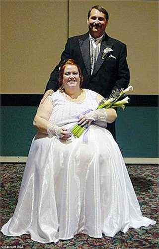Đến năm 2006, Gayla kết hôn lần 2 với anh Lance Neufeld (lái xe tải). Anh Lance đã 'trúng tiếng sét ái tình' sau 15 phút nói chuyện cùng cô trên mạng.