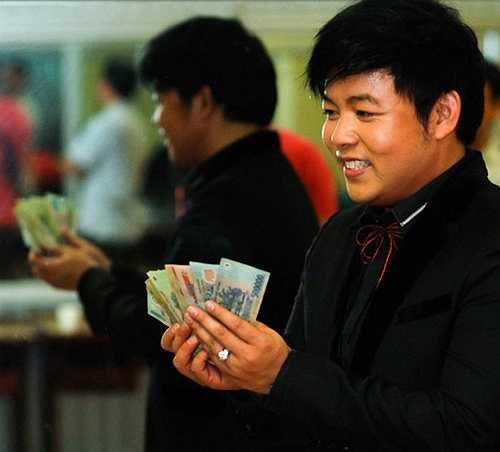 Quang Lê không ngần ngại chụp ảnh với tiền