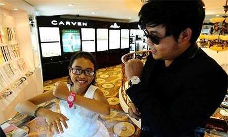 Quang Lê khoe đồng hồ Sarcar giá 3 tỷ, bên cạnh Phương Mỹ Chi đeo đồng hồ Guess giá 2 triệu