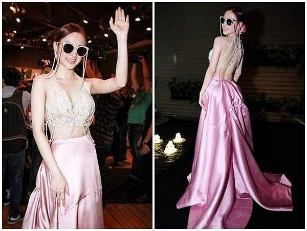 Xuất hiện trên thảm đỏ Elle Style Award 2015, Angela Phương Trinh gây chú ý khi xuất hiện với bộ đầm dạ hội màu hồng đầy nữ tính của NTK Lê Thanh Hòa. Tuy nhiên, chiếc váy được đính kết từ hàng tá chuỗi ngọc và phối cùng cả cặp kính ton-sur-ton lại trở nên thiếu tinh tế và kém đẹp mắt.