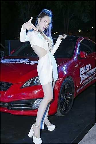 Nữ diễn viên 20 tuổi diện bộ trang phục trắng cùng những khoảng hở táo bạo nhằm khoe triệt để nét gợi cảm.Angela Phương trinh còn gây ấn tượng với kiểu tóc đuôi ngựa nhuộm xanh, tô son màu tím, trông như một 'nữ quái' đích thực.