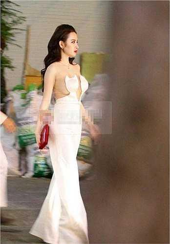 Chiếc 'váy mèo' này của Angela Phương Trinh từng trở thành đề tài bàn tán của công chúng bởi độ táo bạo và hở hang. Set đồ này từng khiến người đẹp vướng vào nghi án 'đạo nhái' của một thương hiệu thời trang nổi tiếng thế giới.