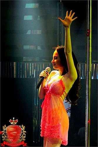 Liệu Angela Phương Trinh có mặc nhầm váy ngủ khi lên sân khấu?