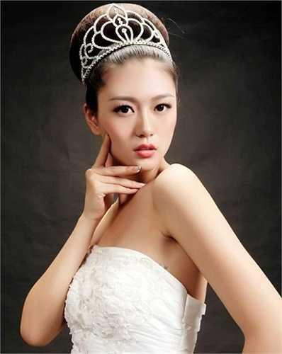 Đinh Uyển Trữ, năm nay 18 tuổi, sở hữu dung nhan xinh đẹp và chiều cao bao người mơ ước (1,76m). Cô nbạn luôn là tâm điểm của sự chú ý ở mọi lúc, mọi nơi.