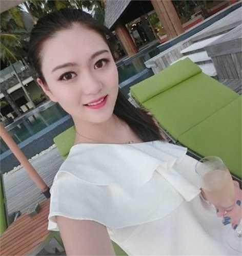 Năm 16, cô tuổi lọt vào vòng chung kết và giành được ngôi vị Á hậu cuộc thi nhan sắc Hoa hậu du lịch Trung Quốc.