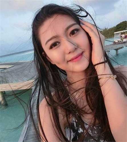 17 tuổi, Đinh Uyển Trữ tiếp tục tham gia cuộc thi này và xuất sắc giành được vương miện cuộc thi Hoa hậu du lịch quốc tế Trung Quốc vào cuối năm 2013