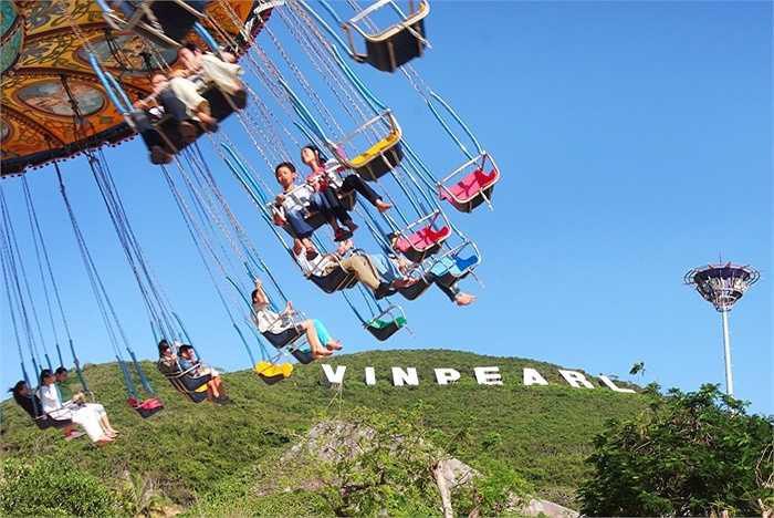 Ngoài những khách sạn sang trọng, những khu vườn tuyệt đẹp, hồ bơi nước ngọt lý tưởng, Vinpearl Land có khu trò chơi cảm giác mạnh và những rạp chiếu phim 4D hoành tráng. Vé tham quan đảo bao gồm vé cáp treo và chơi trò chơi: 450.000 đồng/người lớn; 350.000 đồng/trẻ em.