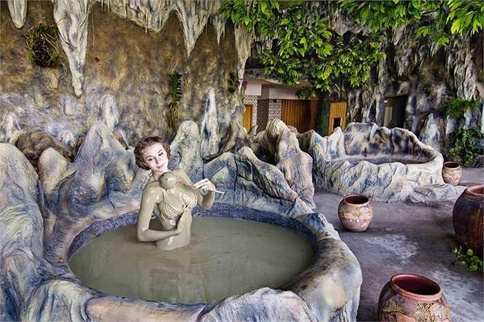 Sau khi tham quan Tháp Bà Ponagar bạn có thể kết hợp đi tắm bùn tại khu du lịch suối khoáng nóng Tháp Bà ngay gần đó với giá vé khoảng 100.000VND/người tại hồ tập thể hoặc từ 250.000VND/người tại hồ riêng.