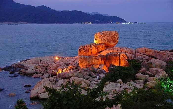 7. Hòn Chồng – Hòn Vợ: nằm cách trung tâm thành phố Nha Trang khoảng 3km về hướng Đông Bắc, Hòn Chồng là một quần thể khối đá lớn với đủ loại hình thù, xếp chồng lên nhau chạy từ bờ cao xuống biển.