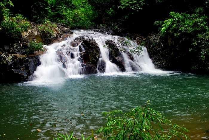 8. Thác YangBay: cách thành phố Nha Trang khoảng 45km, nằm ở độ cao 100m so với mực nước biển và ở trong thung lũng có diện tích hơn 570ha, được bao bọc bởi rừng nguyên sinh.