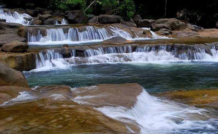 Yang Bay là một hệ thống thác nước bắt nguồn từ sông Cầu, hình thành thác chính Yang Bay và hai thác nhỏ khác là Yang Khang và Ho Cho. Thác chính Yang Bay có chiều dài 2.000 mét và độ cao chênh lệch 80m, tạo ra nhiều nhiều hồ nước tự nhiên lớn nhỏ.